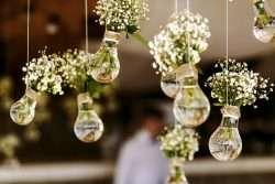 Ein wichtiges Gestaltungsmittel für das festliche Dekorieren der Hochzeitslocation sind Blumen.