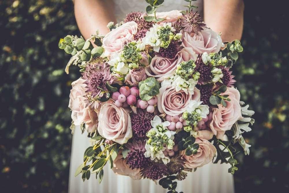 Einer alten Sitte nach besorgt der Bräutigam den Brautstrauß, und was nach der Hochzeit mit ihm geschieht, ist regional verschieden