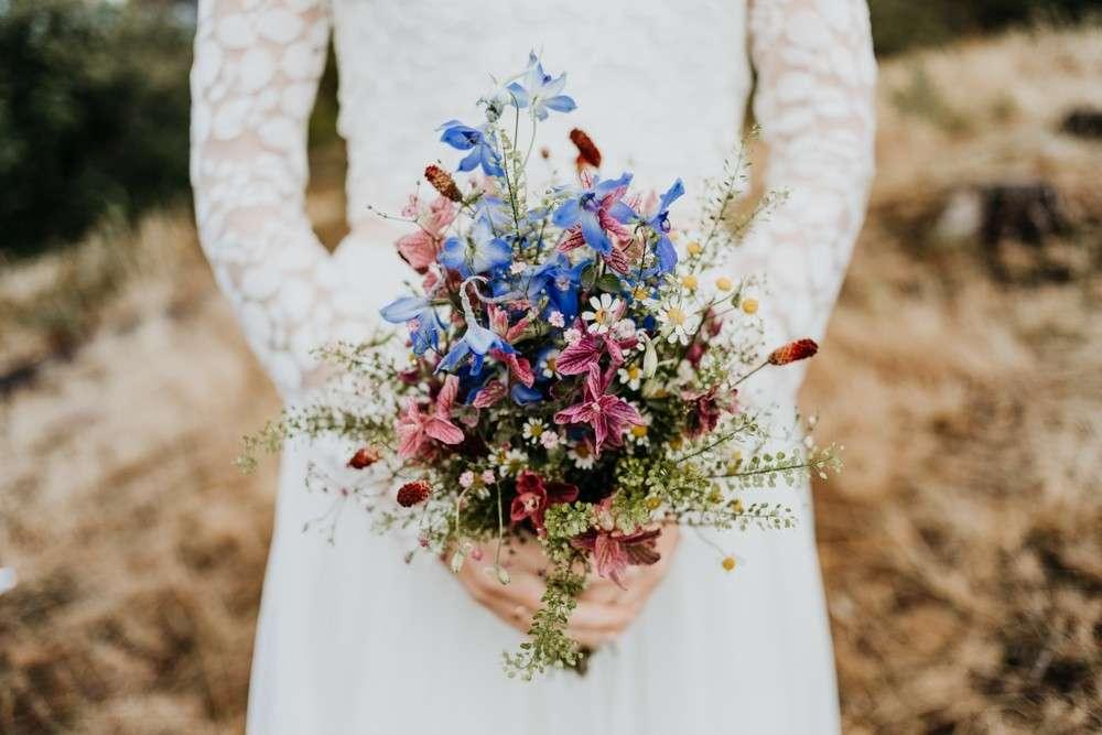 Liebevoll ausgewählter Brautstrauß ist der schönste Schmuck der Braut