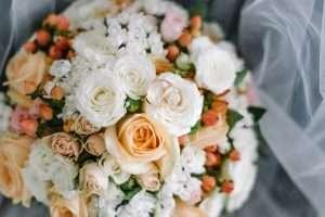 Traditionell ist der Bräutigam für die Wahl des Brautstraußes zuständig.