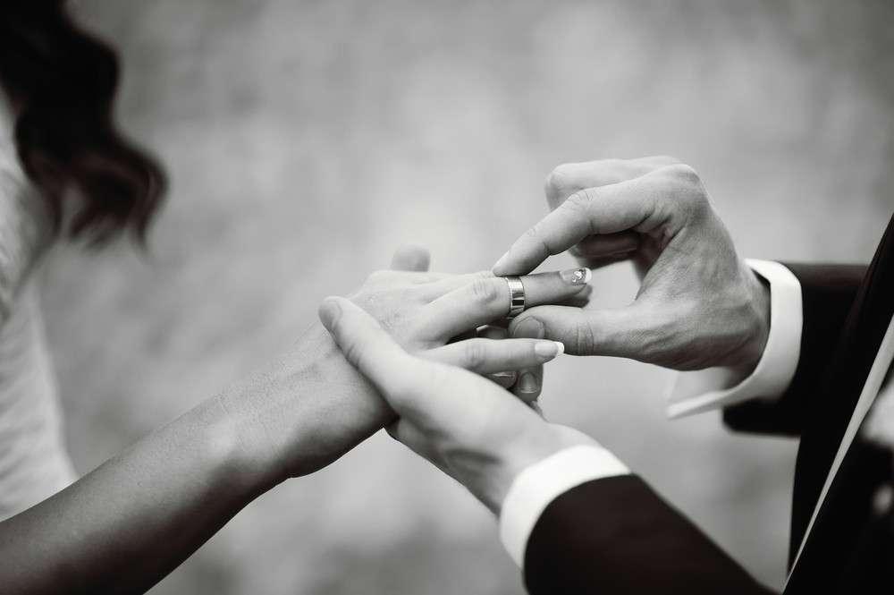 Bei der standesamtlichen Trauungszeremonie haben die Eheringe einen zeremoniellen - Charakter.