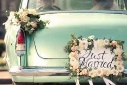 Blumen für das Hochzeitsauto