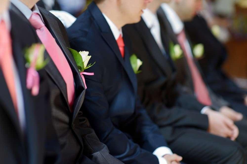Brautführer, Brautjungfern und beide Trauzeugen tragen, wie auch das Brautpaar, festliche Kleidung.