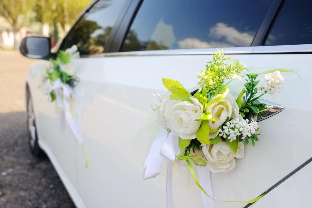 Die Blumendekoration des Hochzeitsautos sollte mit dem Brautkleid und dem Brautstrauß harmonieren
