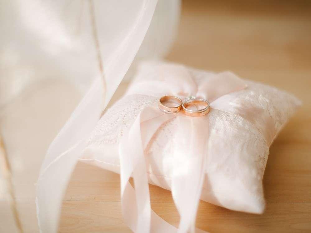 Die Zeremonie des Ringtausches vor dem Altar erfordert ein kleines, aber feines Requisit - das Ringkissen