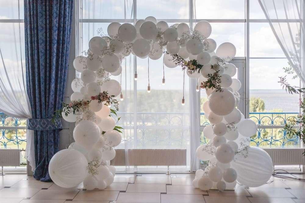 Hochzeitslocation mit Luftballons dekorieren