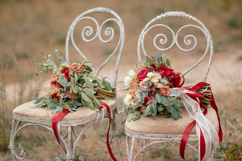 In Brandenburg und anderen Gegenden wurde die Stuhllehne der Braut mit Spiegelscherben und Glöckchen geschmückt