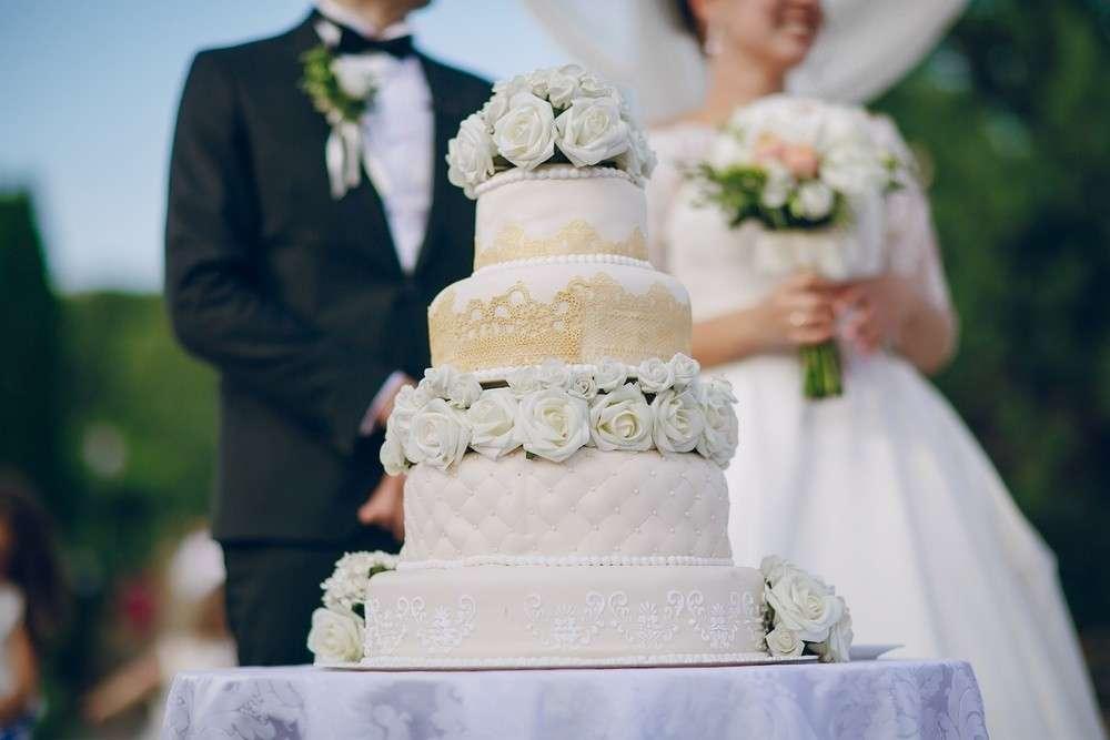 Spektakulärer Auftritt der Hochzeitstorte