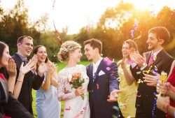 Als Zeichen der Zusammengehörigkeit können alle Hochzeitsgäste Blumen oder Blüten tragen