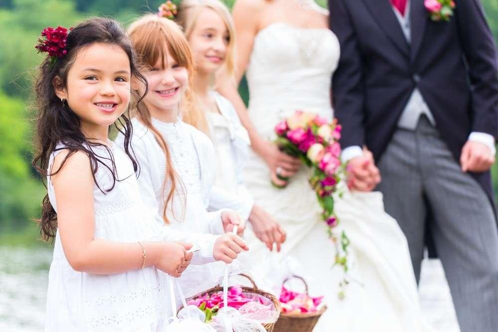 Blumenkinder Und Blumenstreuen Auf Der Hochzeit Moderne Hochzeit