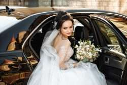 Wie die Braut richtig in das Auto einsteigt und aus dem Auto aussteigt