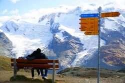 Hochzeitsreise in die Schweiz - Mittelalterliche Bergdörfer und schneebedeckte Berggipfel