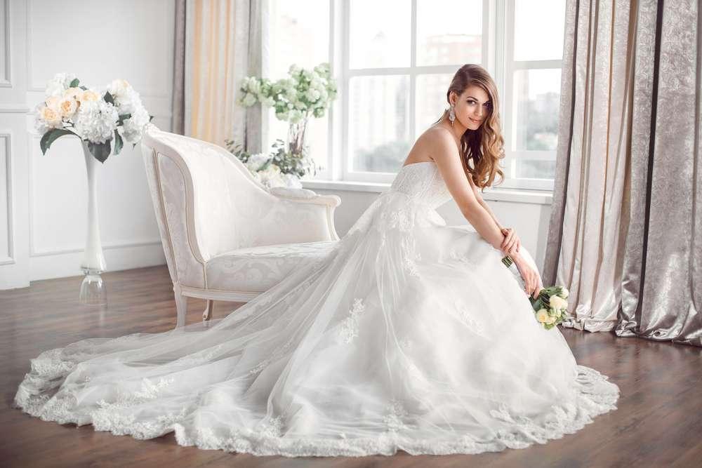 Braut in einem schönen Hochzeitskleid