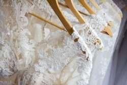 Unterschiedliche Stoffe und Spitzen für die Brautkleider