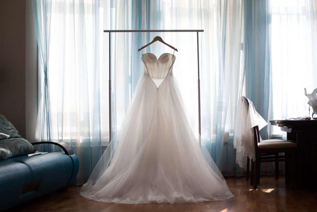 Wie das Brautkleid dem Hochzeitsstil und der Umgebung entspricht