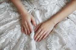 Die Hochzeitsmaniküre ist ein Teil der Persönlichkeit der Braut