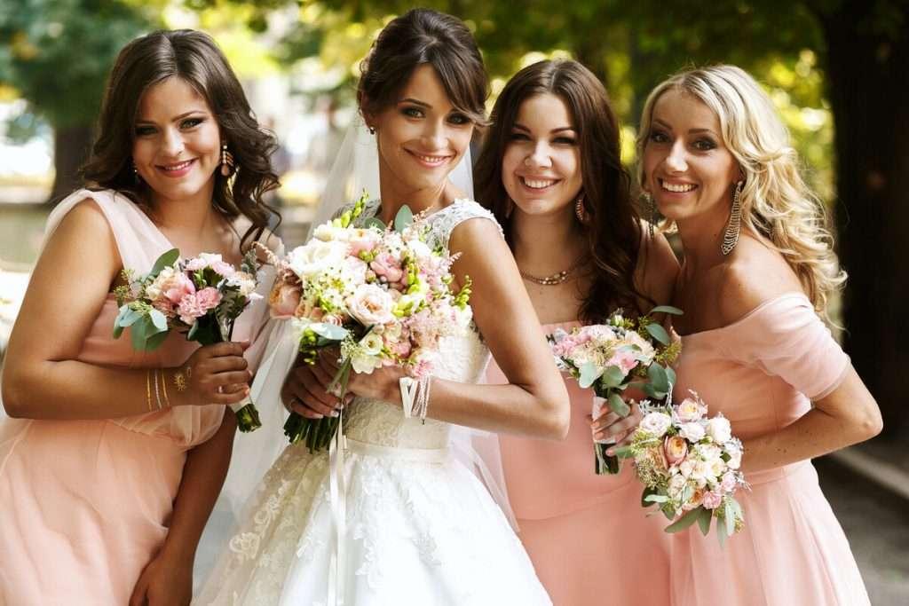 Die Trauzeugin der Braut auf der Hochzeit
