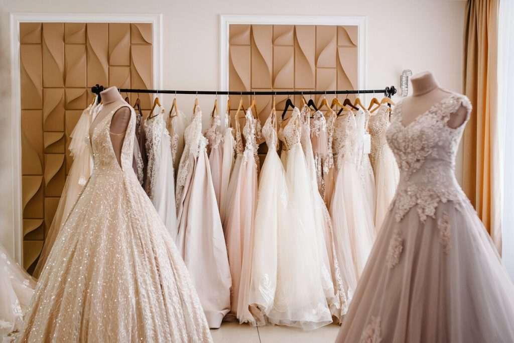 Ein üppiges oder ein schlichtes Kleid