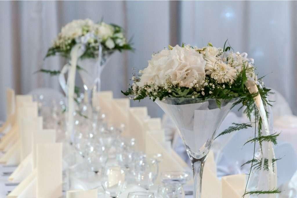 Blumendekoration der Hochzeitstische in der Location