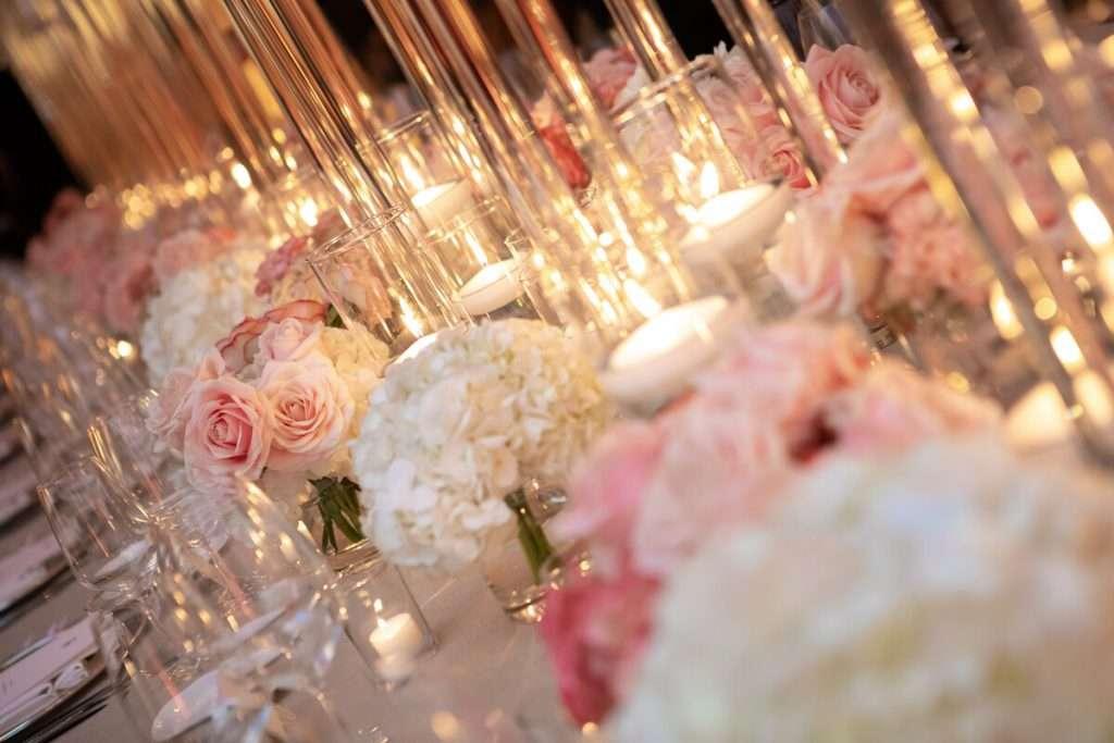 Dekoration der Hochzeitslocation mit Kerzenlicht